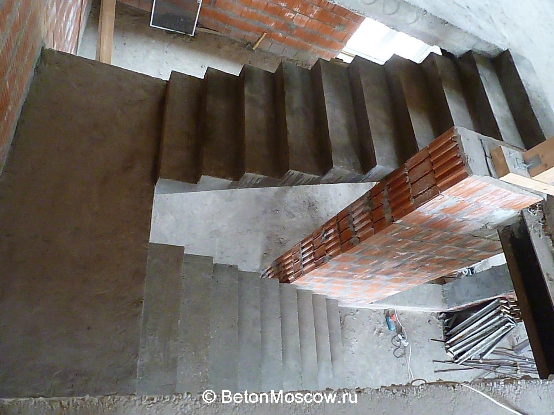 Бетонная двухмаршевая лестница с площадкой